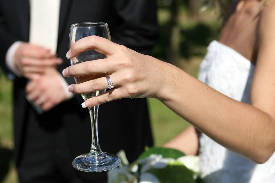 Η μέτρια κατανάλωση κρασιού πιθανόν να βοηθά στην επίτευξη εγκυμοσύνης